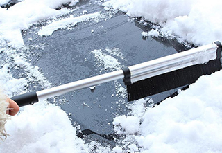 Learn these methods to clear the ice and snow on the car and prevent
